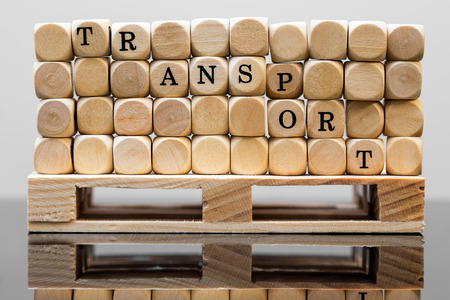 gamme de produit: wooden squares with the inscription transport, on a palette Banque d'images