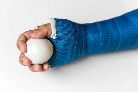Arm mit Blaustich ist das Training mit einem Ball