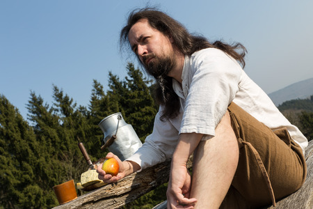 boor: a eremite making a healthy snack in the nature