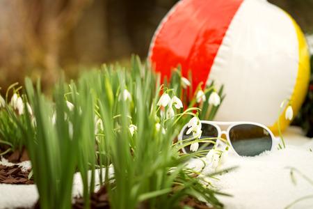 frhling: Wasserball und Sonnenbrille im Schnee mit Schneegl�ckchen, Konzept Fr�hling kommt Stock Photo