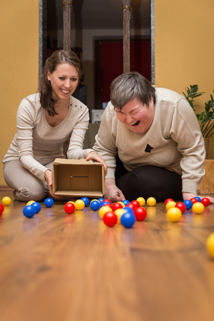 grappig therapeutische met ballen voor een verstandelijk gehandicapte vrouw