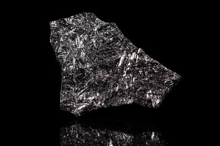 Piedra de silicio, elemento químico, fondo negro, metálico en bruto Foto de archivo - 73347206