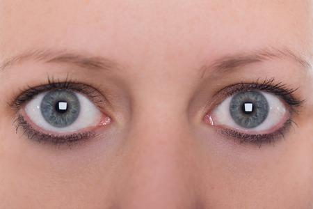 gros plan, yeux bleus et sourcils d'une jeune femme