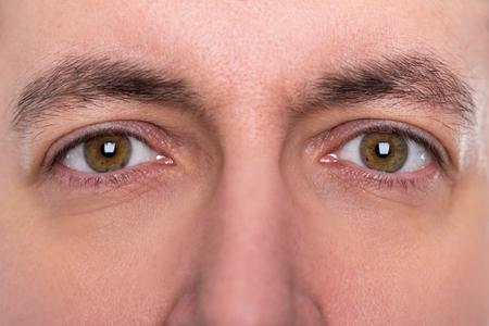 close-up, bruine ogen en wenkbrauwen van een man