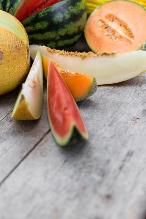 frische bunte Melonenscheiben auf einem Holztisch