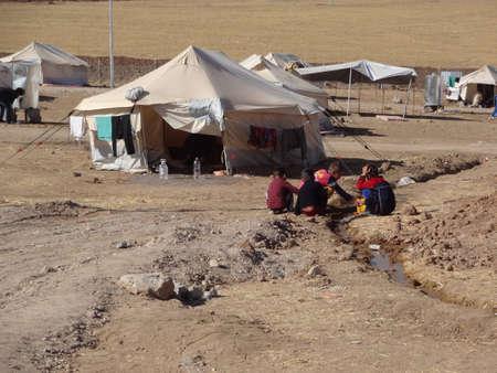 Syryjski: Dzieci bawiące się z wodą w obozie Gawilah gawilan, niedaleko Bardarash, Kurdystanu, Iraku Publikacyjne