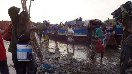 Vluchtelingen zijn aankomst in Mingkama haven, die met de boot over de rivier de Nijl, van Bor, met schamele bezittingen Redactioneel