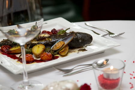 Für das Mittagessen Tisch gelegt mit einem Fisch-Menü Lizenzfreie Bilder