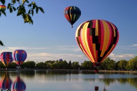 航空ショー: 熱気球イベントのパイロット飛行 報道画像