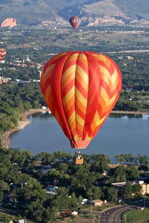 göl üzerinde sıcak hava balonu uçuşu Stock Photo