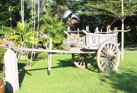 carreta madera: Madera, carro, carro de madera en la hierba verde.