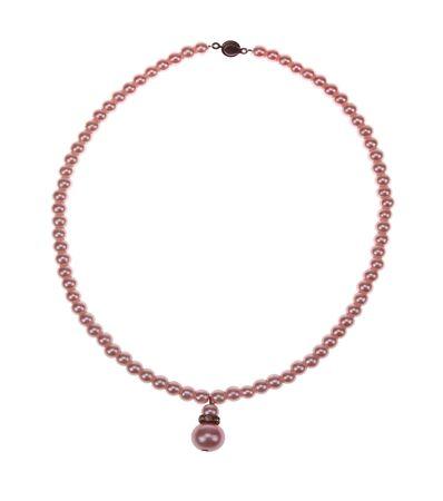 白い背景に隔離されたピンクの真珠のネックレス。 写真素材