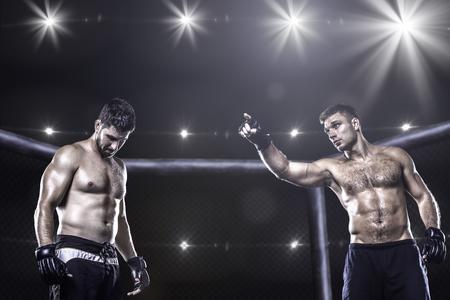 pelea: Dos luchadores de MMA en la jaula antes de la pelea