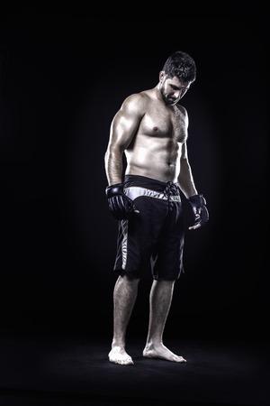 artes marciales mixtas: Mezclado atleta de artes marciales aislado en el fondo negro Foto de archivo