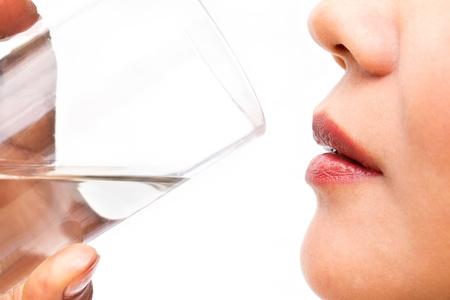 hot asian: Питьевая вода, изолированных на белом фоне