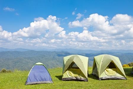 pies masculinos: Tienda de campaña en la montaña