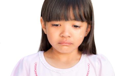 fille triste: Petite fille pleurant avec des larmes coulaient sur ses joues, isolé sur blanc