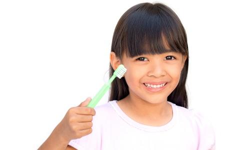 higiene bucal: Ni�a cepill�ndose los dientes, aislado en blanco