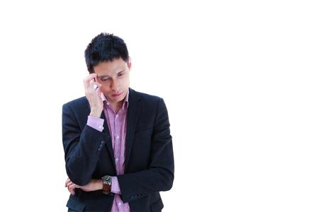 in trouble: Retrato de un joven hombre de negocios con aspecto deprimido del trabajo aislado sobre fondo blanco