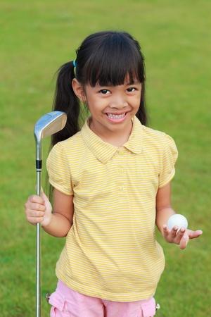 teen golf: Sonriente niña en el club de golf Foto de archivo