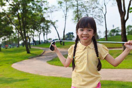 teen golf: Niña sonriente en el campo de golf