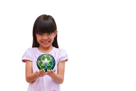 educazione ambientale: Sorridente bambina in possesso della terra con il simbolo riciclare isolato su bianco Archivio Fotografico