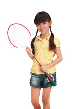 colegiala: Niña sonriente sosteniendo una raqueta de bádminton, aislado en blanco