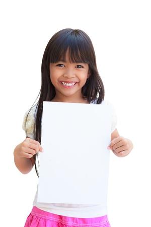 ni�os sosteniendo un cartel: Ni�a sonriente celebraci�n de papel blanco vac�o Foto de archivo