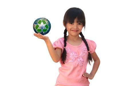 niños reciclando: Sonriente niña sosteniendo la tierra con el símbolo de reciclaje, aislado en blanco