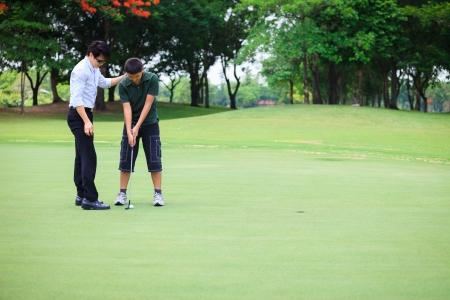 teen golf: Profesional joven adolescente de la enseñanza a jugar al golf Foto de archivo