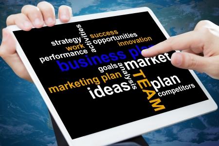 Tableau plan d'affaires sur une tablette à écran tactile