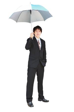 sotto la pioggia: Giovane uomo d'affari sotto un ombrello, isolato su bianco