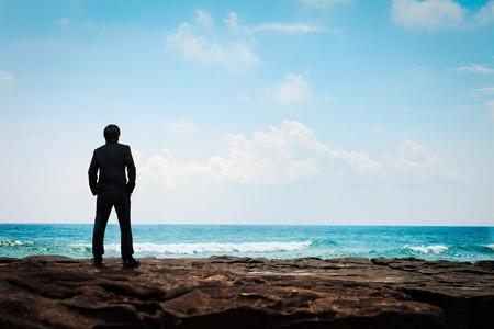 man thinking: Portrait jeune homme d'affaires en costume de visage � la mer