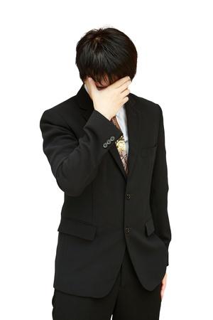 male headache: Joven hombre de negocios con la cabeza en el dolor