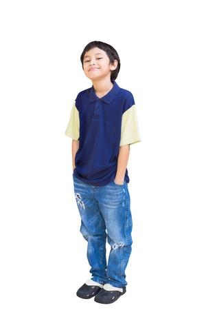 ni�o parado: Muchacho sonriente asi�tico posando, aislado en blanco