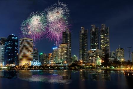 Vista nocturna y fuegos artificiales en Bangkok, Tailandia Foto de archivo