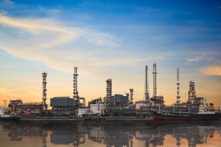 refinería de petróleo: Refinería área de la planta al atardecer con la reflexión Foto de archivo