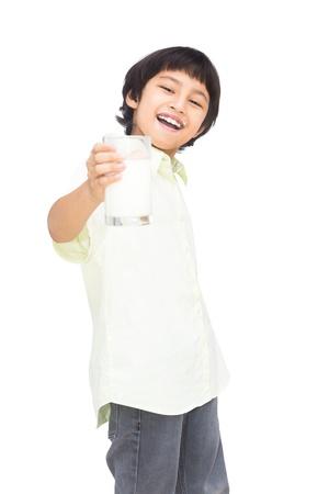 vaso de leche: Sonriente muchacho asi�tico con un vaso de leche, aislado sobre fondo blanco