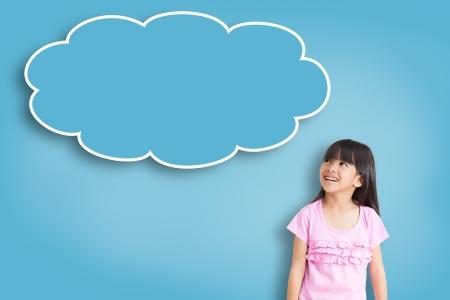 niños pensando: Sonríe niña asiática con la burbuja vacía pensar sobre fondo azul