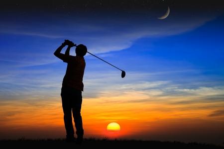 golfing: Silhouet golfer bij zonsondergang Stockfoto