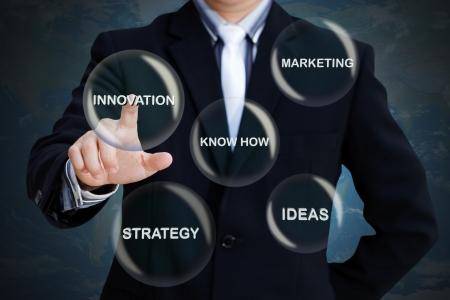 Homme d'affaires appuyant sur les boutons sociaux modernes sur un fond virtuel Banque d'images