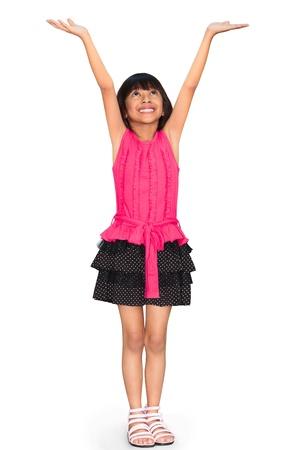 jolie petite fille: Asian petite fille debout et tient les mains, isolé sur blanc avec chemin de détourage