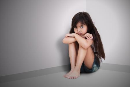 ni�os abandonados: Ni�a triste que se sienta en el suelo