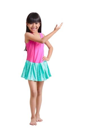little models: Poco asi�tico vistiendo traje de ba�o chica, aislado en blanco con trazado de recorte