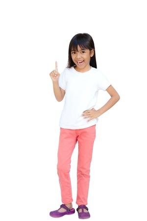 mujer hijos: Peque�a muchacha asi�tica con el dedo �ndice hacia arriba, aislado en blanco con saturaci�n