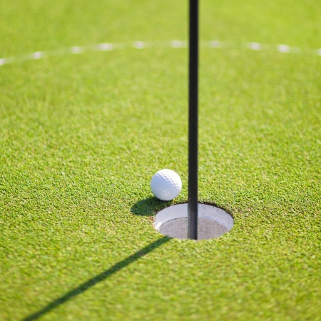 Golfbal op lip van de beker