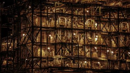 electricidad industrial: Primer plano de tuberías industriales de una planta de refinería de petróleo