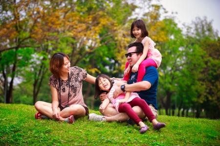 vejez feliz: Familia al aire libre situadas ser juguetón y sonriente, retrato Outddor Foto de archivo