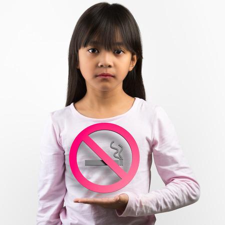 persona fumando: Niña asiática infeliz la celebración de una señal de no fumar Foto de archivo