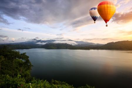 hot asian: Тепловые аэростаты парит над озером